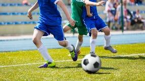 Partido de fútbol del juego de Bous en campo de deportes Liga de fútbol de la juventud Fotos de archivo