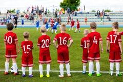 Partido de fútbol del juego de los muchachos Equipo de deporte de los niños Equipo de deportes de la juventud fotos de archivo