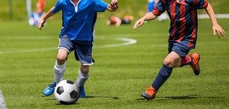 Partido de fútbol del fútbol para los niños niños que juegan el torneo del juego de fútbol Foto de archivo