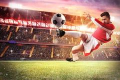 Partido de fútbol en el estadio Fotos de archivo libres de regalías