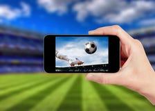 Partido de fútbol en el teléfono móvil Fotografía de archivo libre de regalías