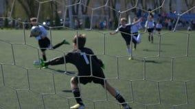 Partido de fútbol de equipos del ` s de los niños metrajes