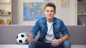 Partido de fútbol de observación del adolescente ansioso en la TV infeliz con deporte perdidoso del equipo metrajes