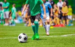 Partido de fútbol para los niños Niños que juegan al juego de torneo del fútbol Fotografía de archivo