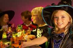 Partido de Halloween com as crianças que têm o divertimento Fotografia de Stock Royalty Free