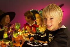 Partido de Halloween com as crianças que têm o divertimento Imagens de Stock Royalty Free