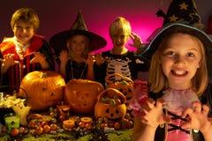 Partido de Halloween com as crianças que desgastam trajes Foto de Stock Royalty Free