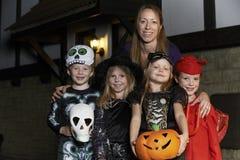 Partido de Halloween con truco o tratar de los niños en traje con Fotos de archivo
