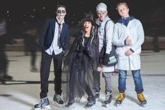 ¡Partido de Halloween en la pista de patinaje de hielo! Foto de archivo
