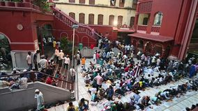 Partido de Iftar en Nakhoda Masjid, Kolkata, la India almacen de video