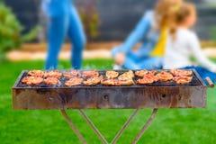 Partido de jantar, BBQ no p?tio traseiro Momentos felizes da fam?lia foto de stock royalty free