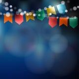 Partido de junio del brasileño Festa Junina Cadena de luces, banderas del partido Party la decoración Noche festiva, fondo borros Fotografía de archivo libre de regalías