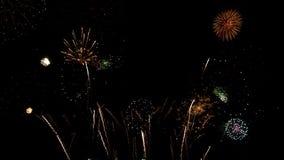 Partido de la celebración de los fuegos artificiales en la noche almacen de video