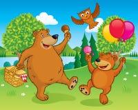 Partido de la comida campestre de los osos por un lago Imágenes de archivo libres de regalías