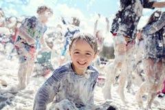 Partido de la espuma y diversión del verano en el sol imagen de archivo