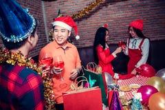 Partido de la Navidad y del Año Nuevo con los amigos Foto de archivo