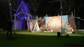 Partido de la noche con la decoración en la playa de Hua Hin en Prachuap Khiri Khan, Tailandia almacen de metraje de vídeo
