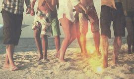 Partido de la playa de los amigos que baila concepto alegre imagenes de archivo