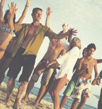 Partido de la playa de los amigos que baila concepto alegre imagen de archivo libre de regalías