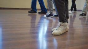 Partido de la salsa, pies de los bailarines, cuartos del ensayo almacen de metraje de vídeo