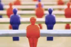 Partido de la tabla de Foosball el juguete viejo con los jugadores azules y rojos Imagenes de archivo