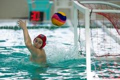 Partido de los jugadores de polo del agua de la competencia y del duelo Fotografía de archivo