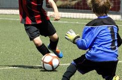 Partido de los niños del fútbol Foto de archivo