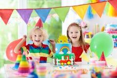 Partido de los niños Torta de cumpleaños con las velas para el niño Imagen de archivo libre de regalías