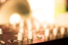 Partido de mistura do DJ da mesa do disco-jóquei Fotos de Stock
