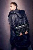 Partido de moda elegante del hombre del cantante de los auriculares atractivos hermosos de DJ Foto de archivo