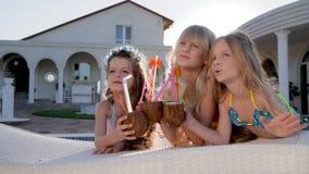 Partido de niños de la celebridad, niñez feliz de pequeñas hermanas, fin de semana del verano de los niños hermosos de padres ric metrajes