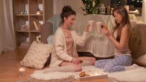 Partido de pijama fêmea feliz dos amigos em casa vídeos de arquivo