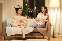 Partido de pijama fêmea feliz dos amigos em casa Imagem de Stock