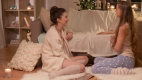 Partido de pijama femenino feliz de los amigos en casa almacen de metraje de vídeo