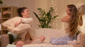 Partido de pijama femenino feliz de los amigos en casa almacen de video