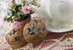 Partido de té con los molletes del arándano Fotos de archivo libres de regalías