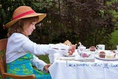 Partido de té del jardín de la niña Imagenes de archivo
