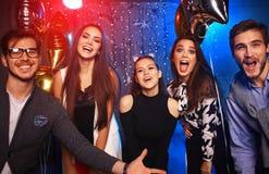 Partido del Año Nuevo, días de fiesta, celebración, vida nocturna y concepto de la gente - gente joven que tiene baile de la dive Foto de archivo