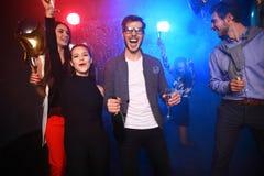 Partido del Año Nuevo, días de fiesta, celebración, vida nocturna y concepto de la gente - gente joven que tiene baile de la dive Imagen de archivo