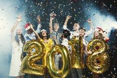 Partido del Año Nuevo de la oficina Gente joven que se divierte imagenes de archivo