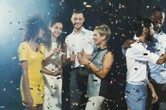 Partido del Año Nuevo de la oficina Gente joven que se divierte Foto de archivo