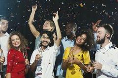 Partido del Año Nuevo de la oficina Gente joven que se divierte Fotos de archivo libres de regalías