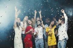 Partido del Año Nuevo de la oficina Gente joven que se divierte Foto de archivo libre de regalías