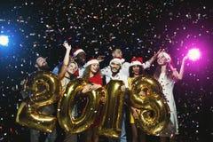 Partido del Año Nuevo de la oficina Gente joven que se divierte Fotos de archivo