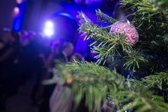 Partido del Año Nuevo Figuras de la gente del baile en la falta de definición Tre de la Navidad Fotografía de archivo