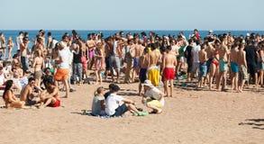 Partido del aire abierto en la playa de Sant Adria Foto de archivo libre de regalías