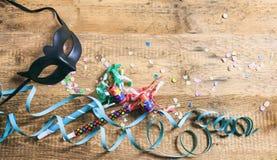 Partido del carnaval Máscara, confeti y serpentinas en el fondo de madera, niew superior Fotografía de archivo