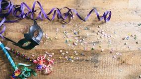 Partido del carnaval Máscara, confeti y serpentinas en el fondo de madera, niew superior Fotos de archivo