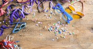 Partido del carnaval Vidrios, confeti y serpentinas en el fondo de madera, niew superior Foto de archivo