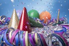 Partido del confeti del globo con el casquillo y las flámulas Imagenes de archivo
